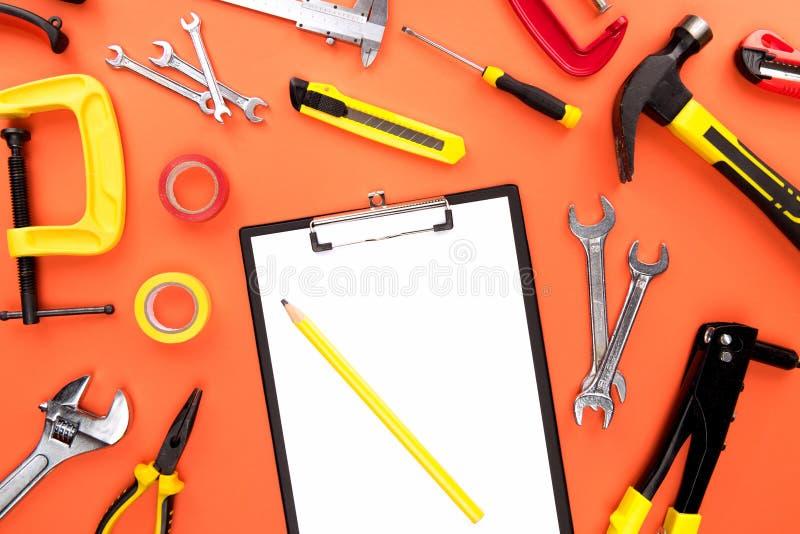 Инструменты доски сзажимом для бумаги и reparement стоковые фото