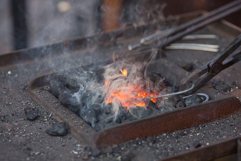 инструменты дыма пожара blacksmith стоковое фото rf