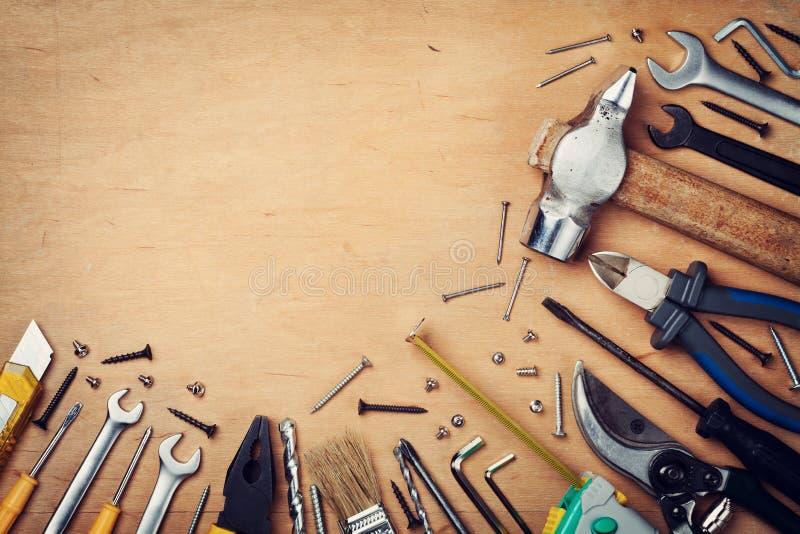 Инструменты деятельности на деревянной деревенской предпосылке сверху стоковая фотография