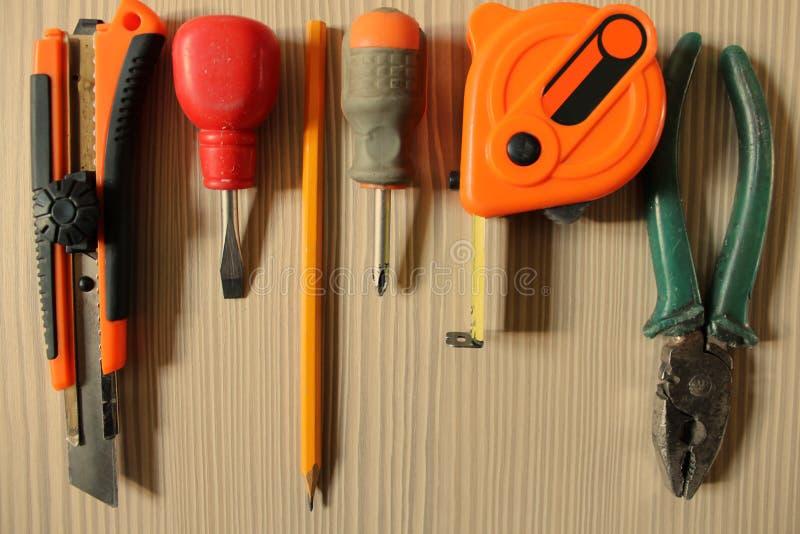 Инструменты деятельности на деревянной предпосылке стоковые фотографии rf