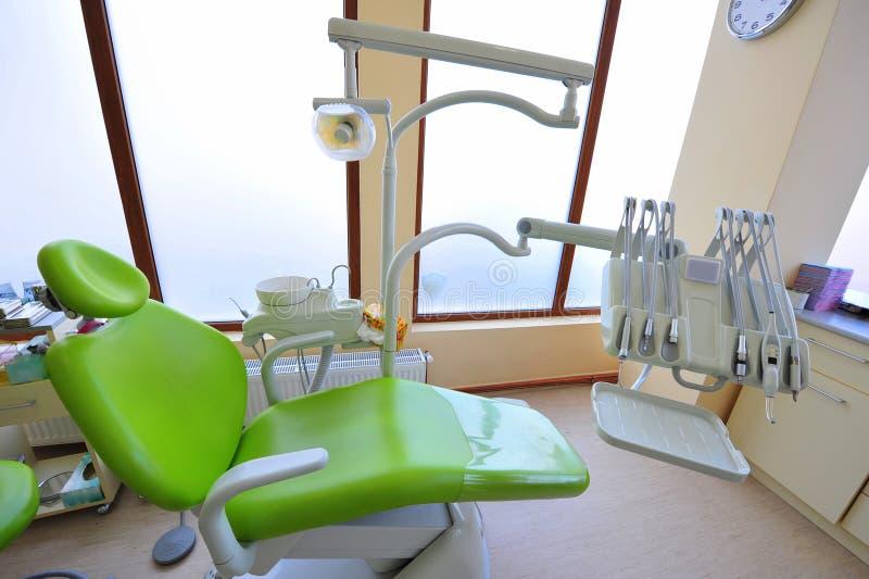 инструменты зубоврачевания стула самомоднейшие стоковое изображение