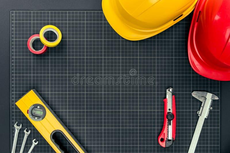 Инструменты и защитные шлемы на миллиметровке стоковое фото rf