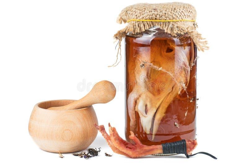 Инструменты и ингредиент для кухни: жемчужина, миномет, сваренная свекла, обавочный шарм с куриной лапой и стеклянная банка с дек стоковое изображение rf