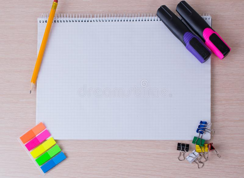 Инструменты и канцелярские принадлежности офиса стоковая фотография