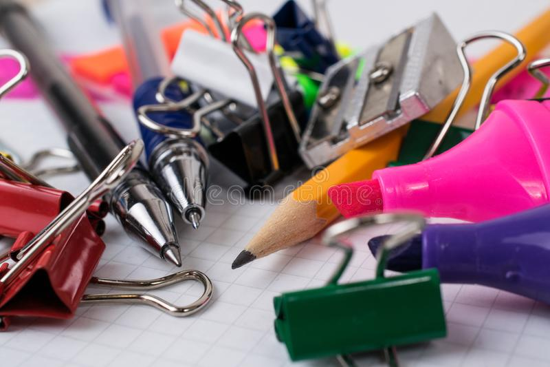 Инструменты и канцелярские принадлежности офиса стоковое изображение