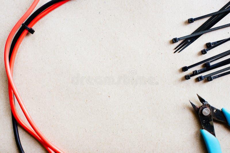 Инструменты и компоненты для электрической проводки, связей электрического кабеля и острозубцев установьте текст стоковая фотография