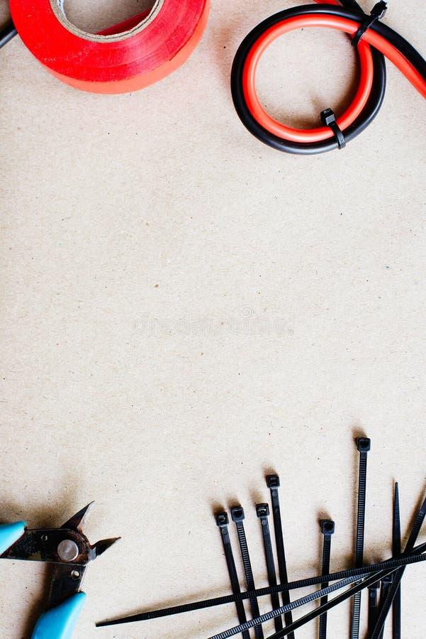Инструменты и компоненты для электрической проводки, связей электрического кабеля и острозубцев установьте текст стоковые изображения