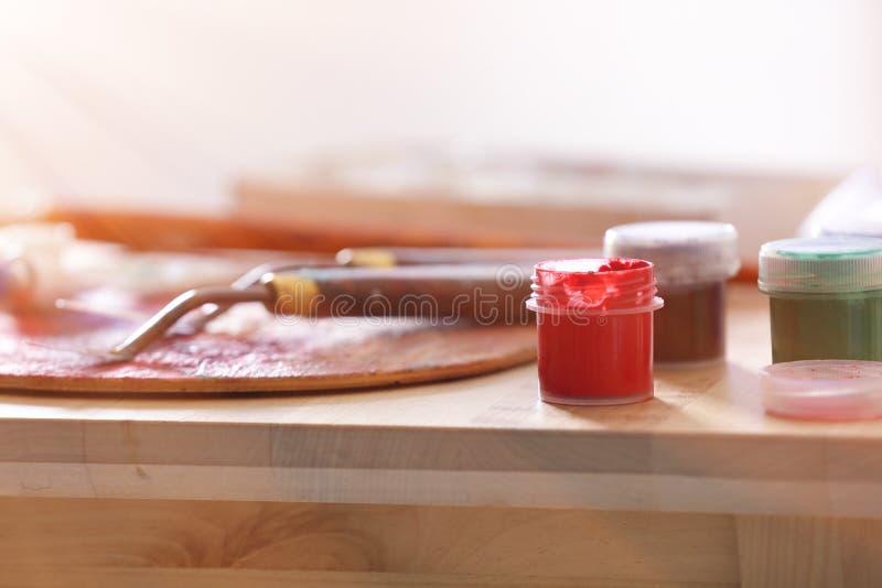 Инструменты и краски профессионального художника на деревянном столе, крупном плане стоковое фото