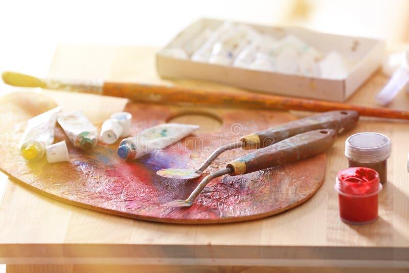 Инструменты и краски профессионального художника на таблице, крупном плане стоковое изображение