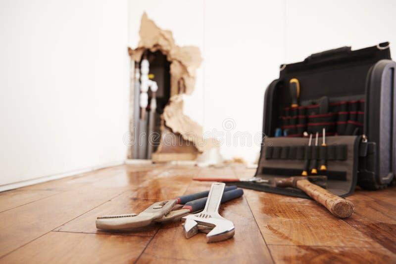 Инструменты и toolbox лежа на потоке повредили пол стоковые фотографии rf
