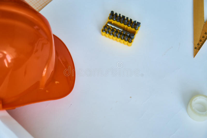 Инструменты конструкции на таблице, шлеме, чертеже, инженерстве, инженере стоковое изображение rf