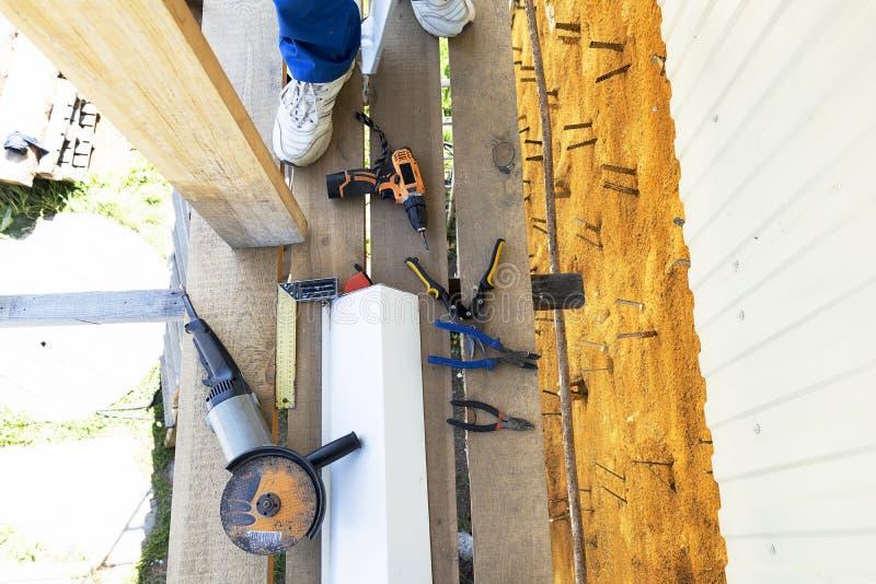 Инструменты конструкции угловая машина, правитель угла измеряя, плоскогубцы, ножницы утюга, сверло, рулетка Конструкция на улице  стоковые фото