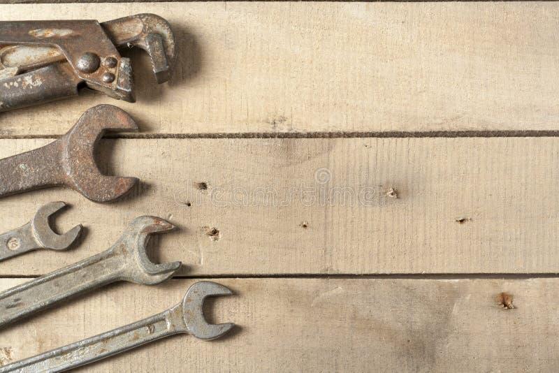 инструменты конструкции установленные Ключ на деревянной предпосылке стоковые фотографии rf