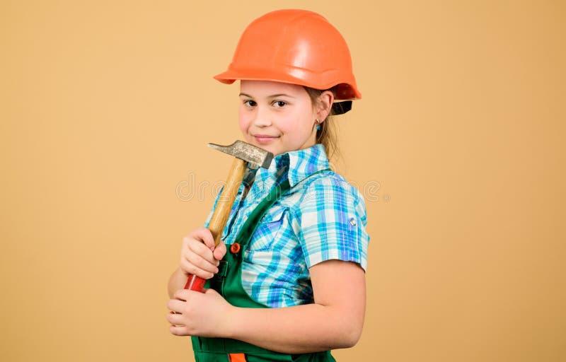 Инструменты, который нужно улучшить ремонт Будущая профессия Архитектор инженера построителя Работник ребенк в трудной шляпе Уход стоковые фото
