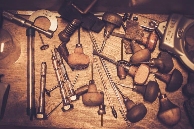Инструменты кузнцев на рабочем месте кузнца стоковое изображение