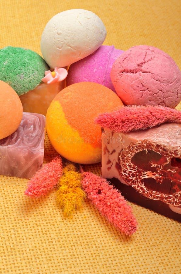 Инструменты курорта, бомбы ванны, естественное мыло, цветок, ароматерапия стоковое изображение rf