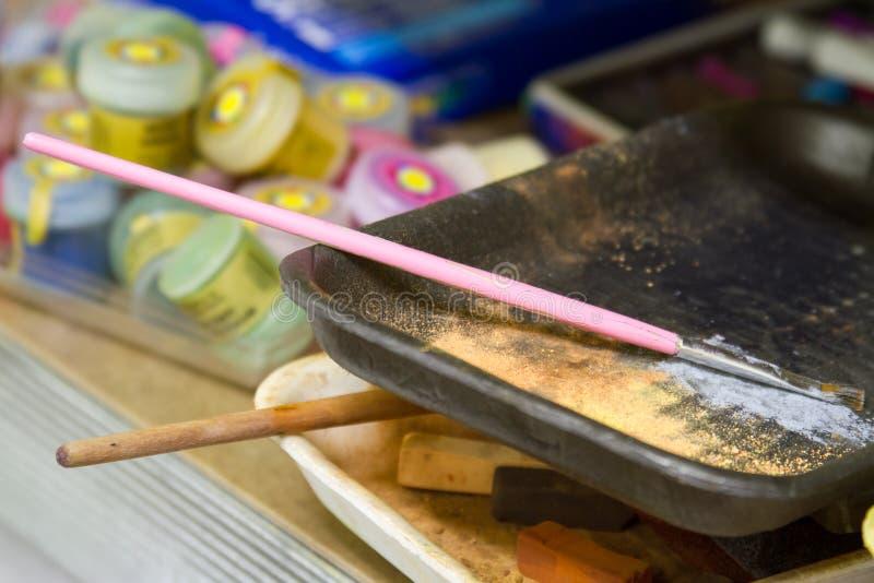 Инструменты пекарни кухни, утвари на деревянном столе, с космосом экземпляра стоковая фотография rf