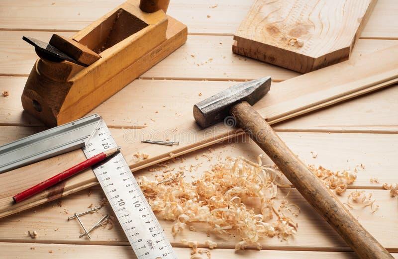 Инструменты плотника, самолет, молоток, метр, ногти, стоковое изображение rf