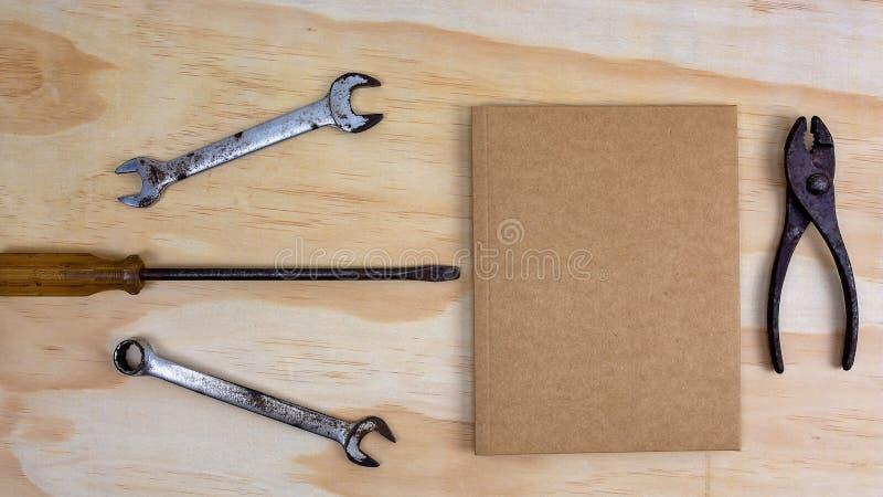Инструменты работы и пустая карта для сообщения дня отцов стоковые изображения