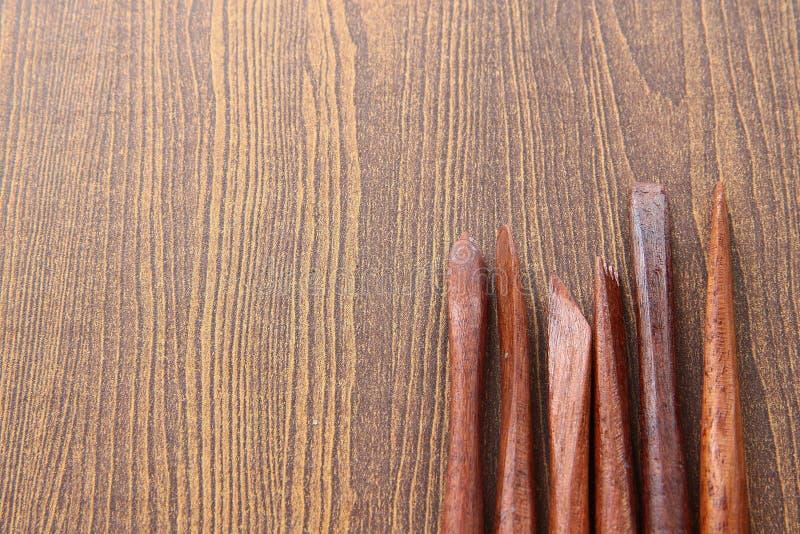Инструменты скульптуры на деревянной предпосылке стоковая фотография rf