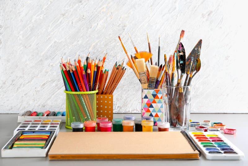 Инструменты художника с красками на таблице стоковые изображения rf