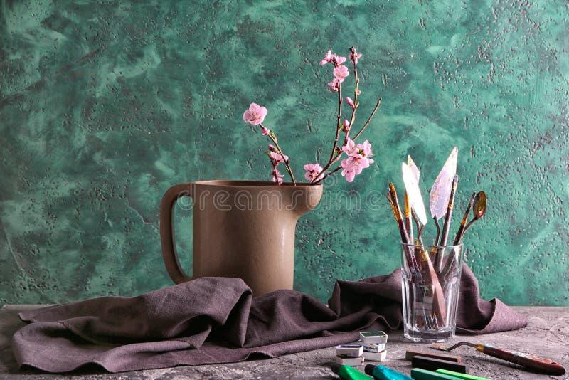 Инструменты художника с красками на таблице стоковая фотография rf