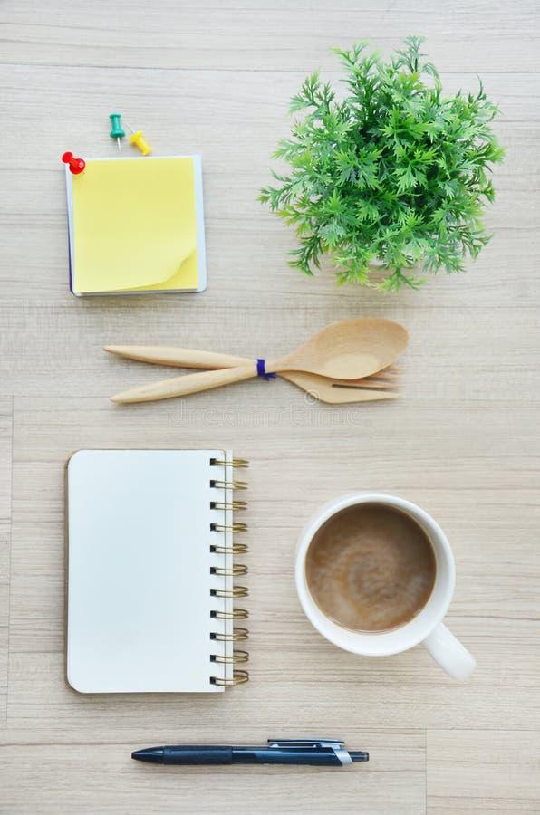 Инструменты чистого листа бумаги и офиса на деревянном настольном взгляде стоковое изображение