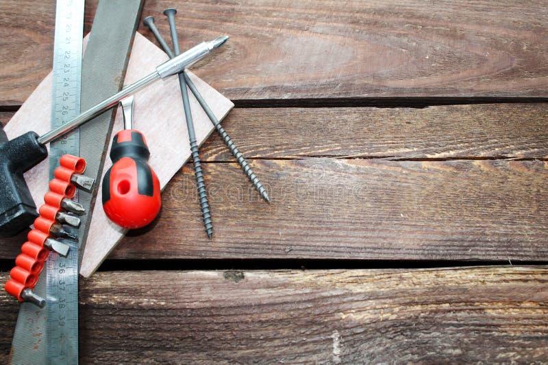 Инструменты для работы с деревянной поверхностью стоковое изображение rf