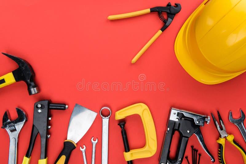 Инструменты Reparement и трудная шляпа стоковые изображения