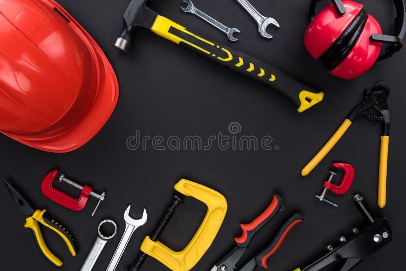 Инструменты Reparement и трудная шляпа стоковое фото rf