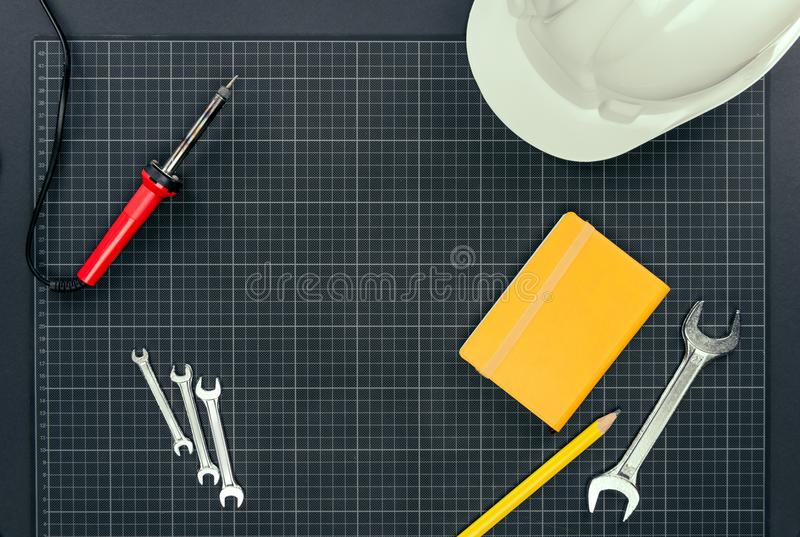 Инструменты Reparement на миллиметровке стоковые изображения rf