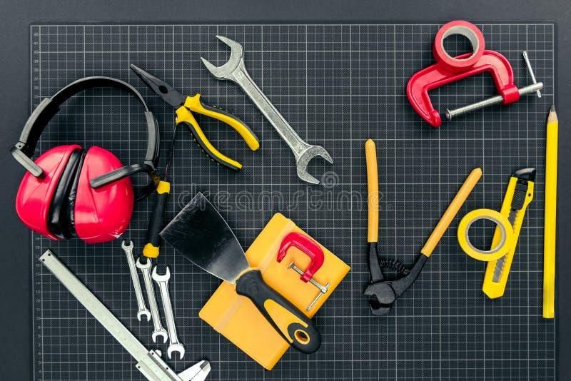 Инструменты Reparement на миллиметровке стоковая фотография rf