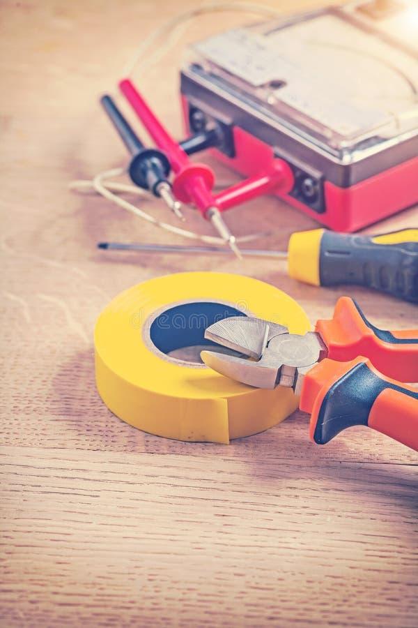 Инструменты stilised цветом электрические на древесине стоковая фотография