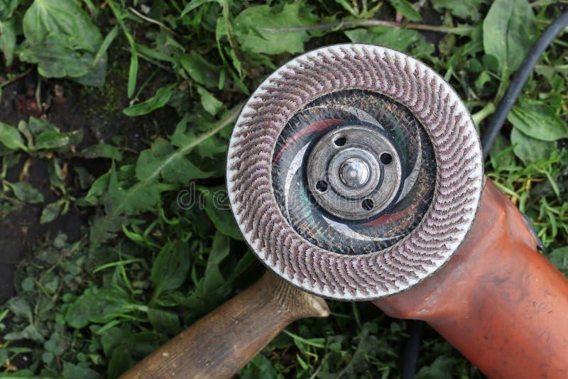 Инструмент для инструментального металла на конце травы вверх стоковые изображения rf