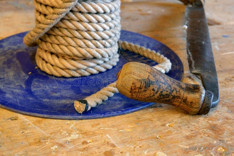 Инструмент деревянной ручки зашкурить и меля рядом с катушкой свежей стоковая фотография rf