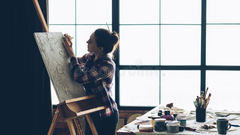Инструмент женщины мольберта холста художественного произведения работы художника стоковое фото rf