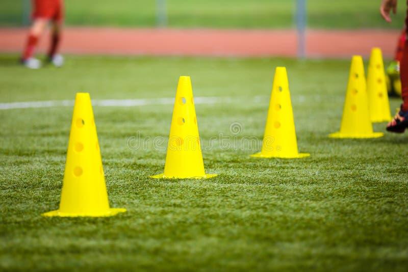 Инструмент конуса для тренировки на тангаже футбола Футбольное поле травы внутри стоковые изображения rf