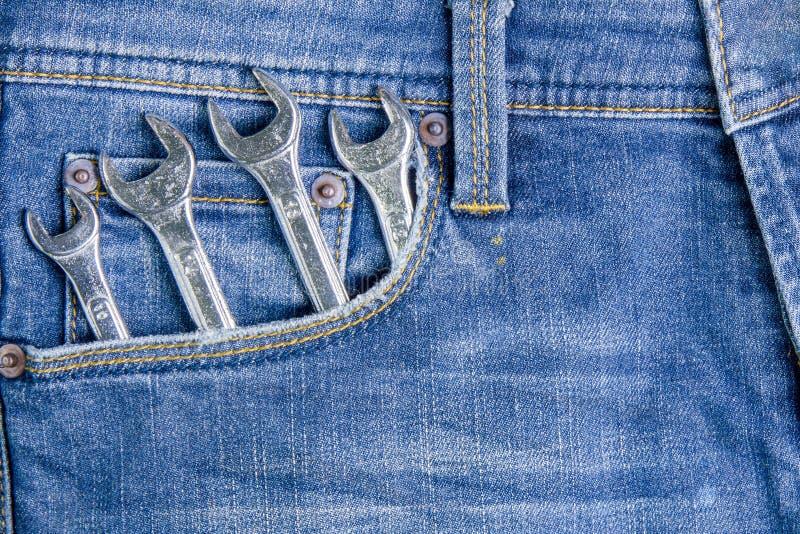 Инструмент ключа в задних карманных джинсах заднее карманн джинсыов предпосылки стоковое изображение rf