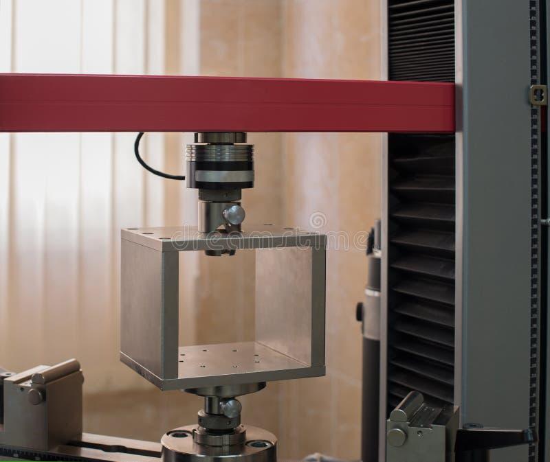 Инструмент лаборатории для того чтобы испытать растяжимые образцы стоковые изображения rf