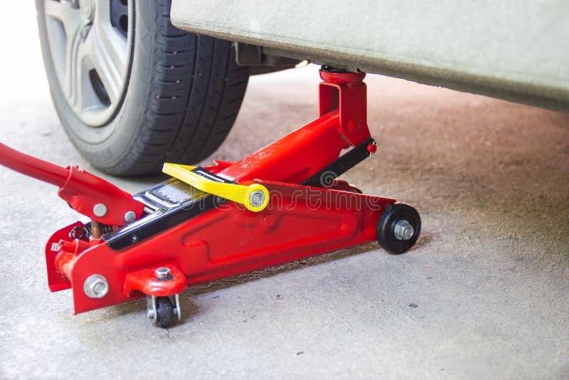 Инструмент поднимает автомобиль домкратом подъема для обслуживания автомобилей стоковое изображение rf