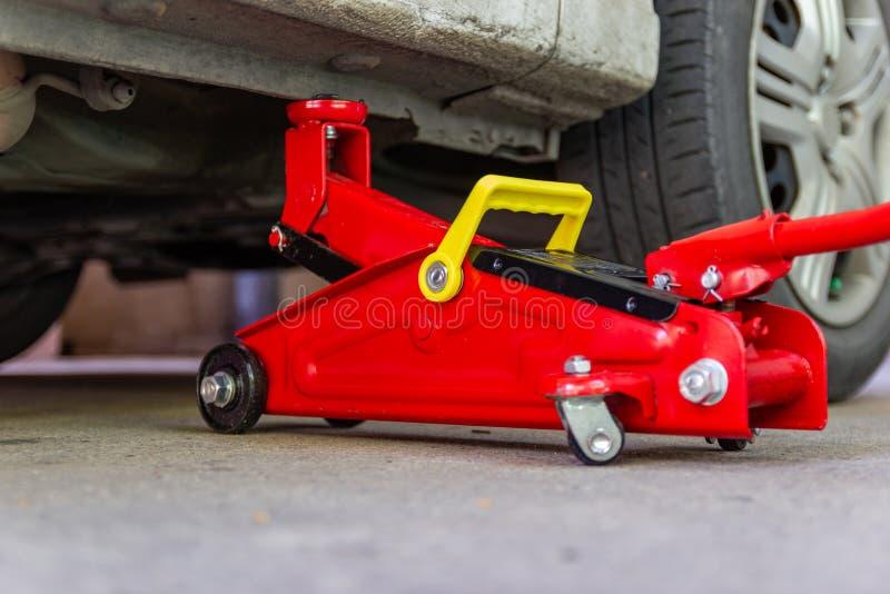 Инструмент поднимает автомобиль домкратом подъема для обслуживания автомобилей стоковая фотография