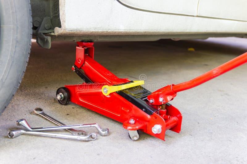 Инструмент поднимает автомобиль домкратом подъема для обслуживания автомобилей стоковые фотографии rf