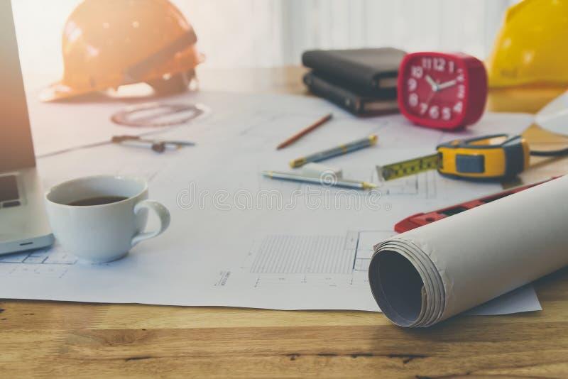 Инструмент светокопии и измерения и чашка кофе на деревянном столе стоковое изображение rf