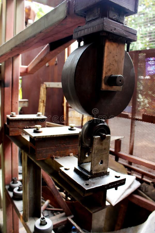 Инструмент Смита, процесс фабрики работы металла путем выполнять механически поворачивая деятельность на машине для индустрии ста стоковое фото