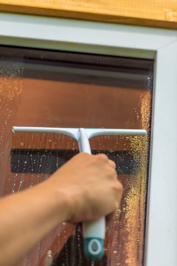Инструмент стеклянный очищать, мужская рука стоковые фотографии rf