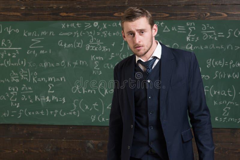 Интеллектуальный человек в костюме, стоящий в классе Аристократы и элита стоковая фотография rf