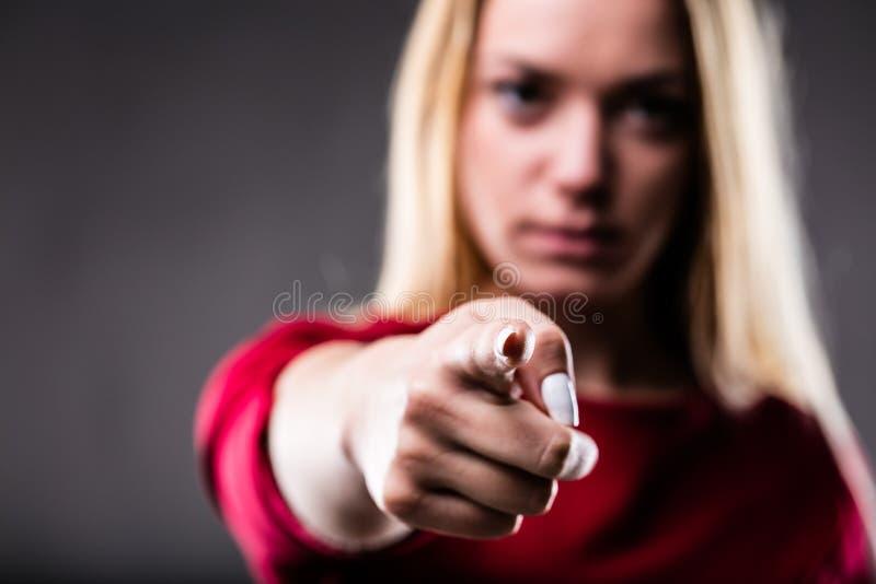 Интенсивная женщина указывая вперед стоковое фото