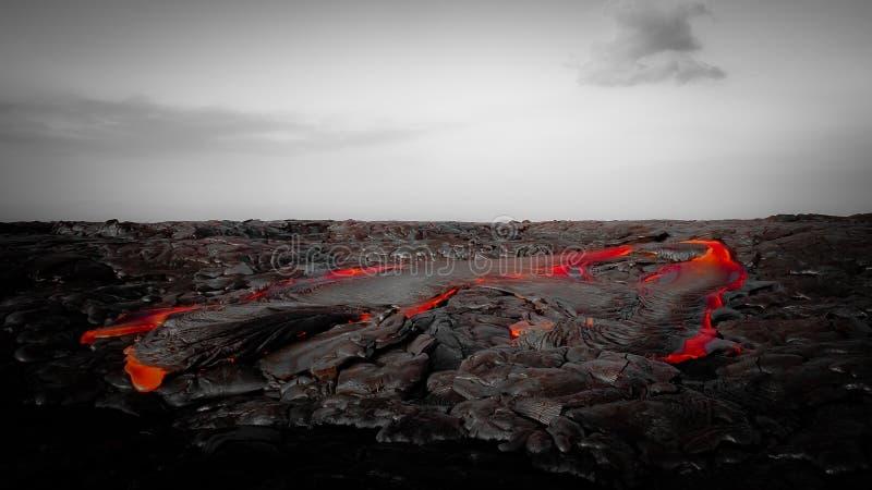 Интенсивный красный лавовый поток в неурожайном ландшафте стоковая фотография rf