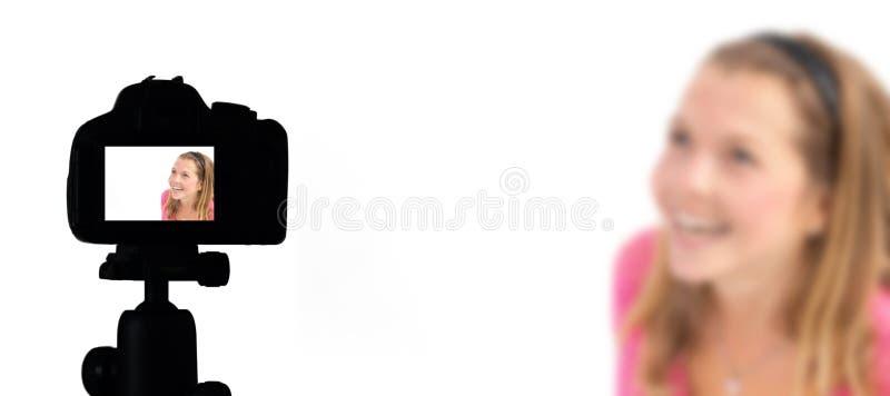 Интервью блога видео в реальном времени, киносъемка Vlogger цифровой фотокамеры, делая videoblog и vlogging концепция стоковое изображение rf