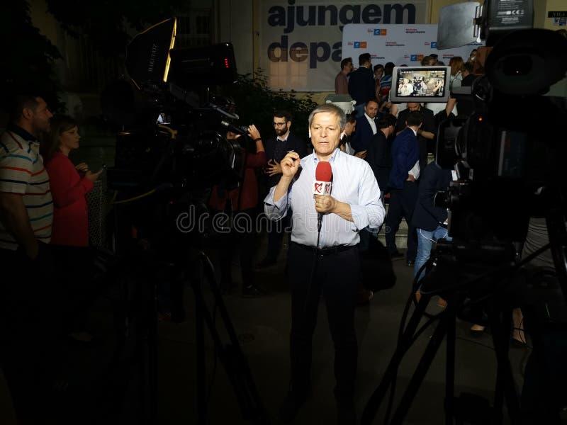 Интервью Dacian Ciolos на штабах союзничества 2020 USR-PLUS в Бухаресте в ночи стоковое фото rf